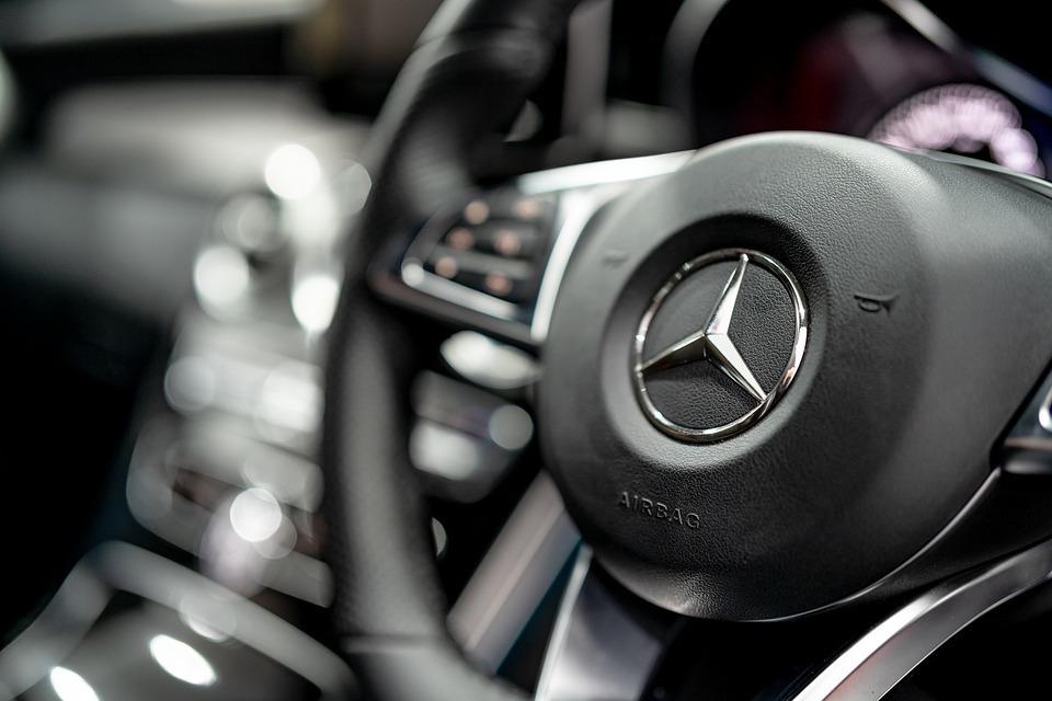 Водитель Mercedes в Волгограде сбил пенсионерку и отвез в больницу