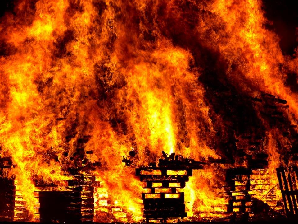 В Волгограде мужчина обгорел при пожаре в шестиэтажке