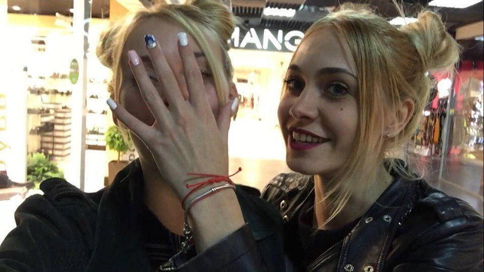 Две блондинки в Волгограде примерили пальто эксгибициониста