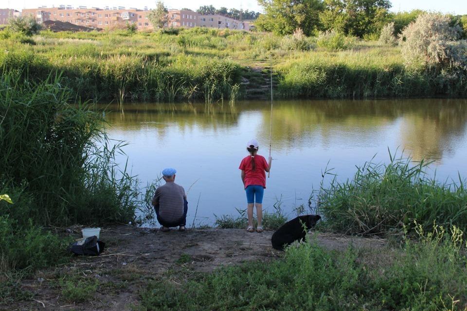 Детям негде купаться, а уткам плавать: пруд в «Родниковой долине» загадили рабочие строительным мусором