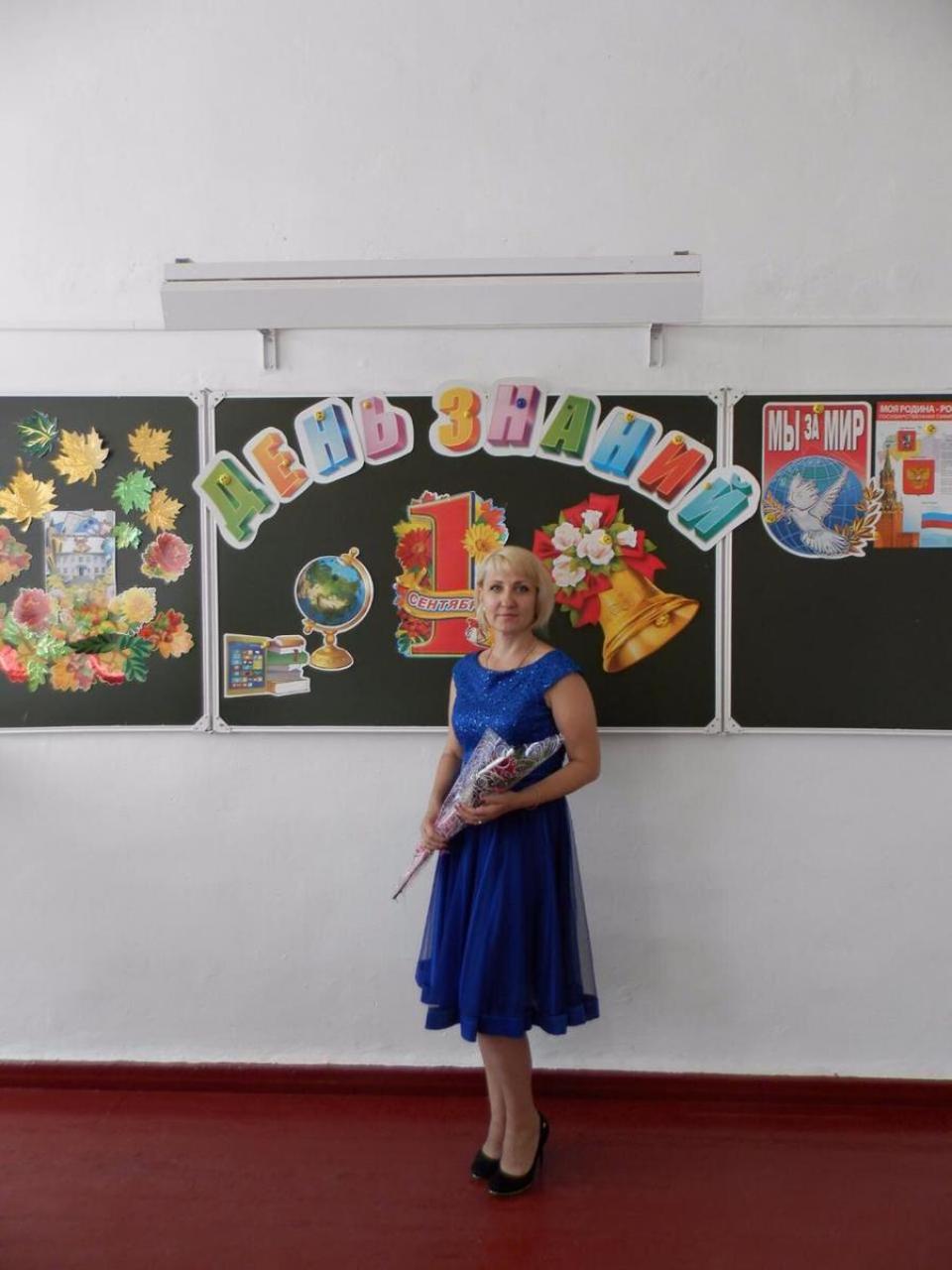Выпускники поздравляют учителя химии и биологии Ольгу Соловьеву с праздником