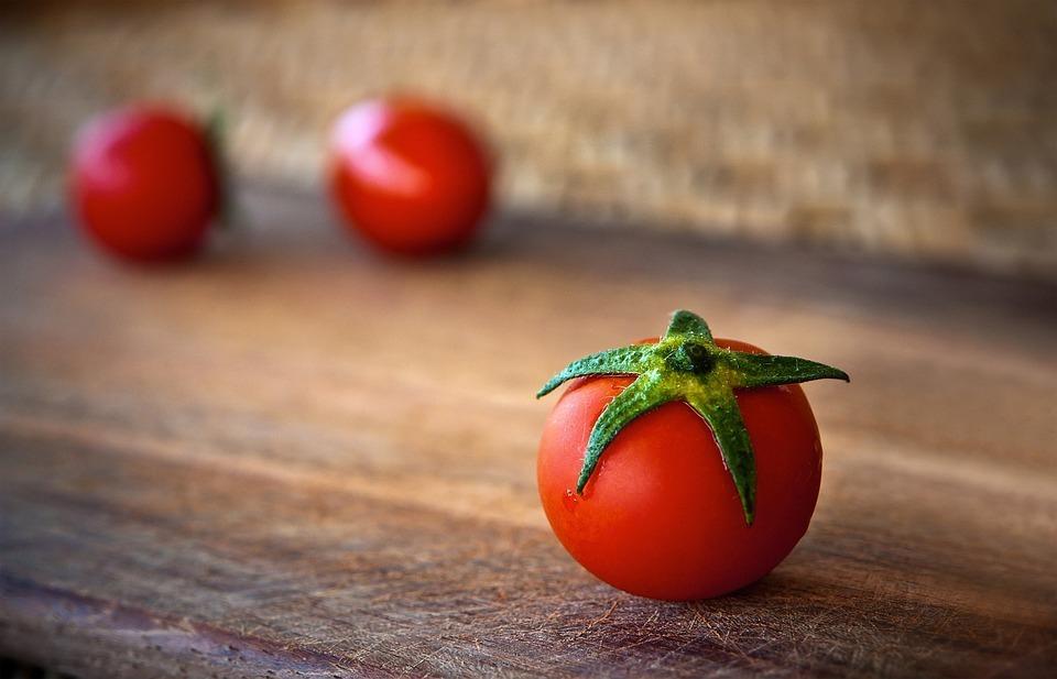 Росстат: в Волгограде значительно подешевели мясо и помидоры