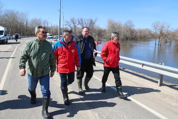 Андрей Бочаров задал новый тренд чиновничьей моды – резиновые сапоги