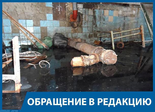 Мешками с фекалиями завалили подвал жилой многоэтажки в центре Волгограда