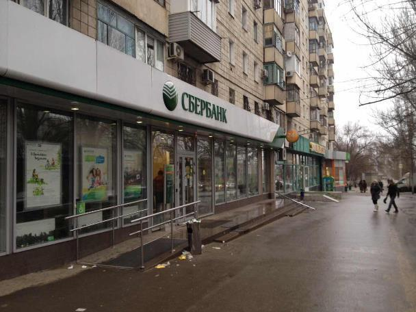 На севере Волгограда вандалы разгромили Сбербанк и подземный переход