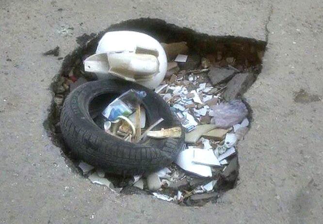 Старый унитаз два месяца стыдливо прикрывает огромную яму на волгоградской дороге