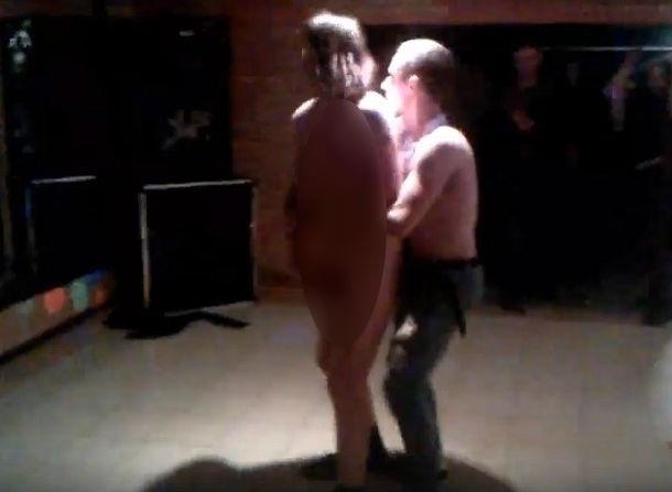 Избиение голой камышанки за извращенные танцы с незнакомцем попало на видео