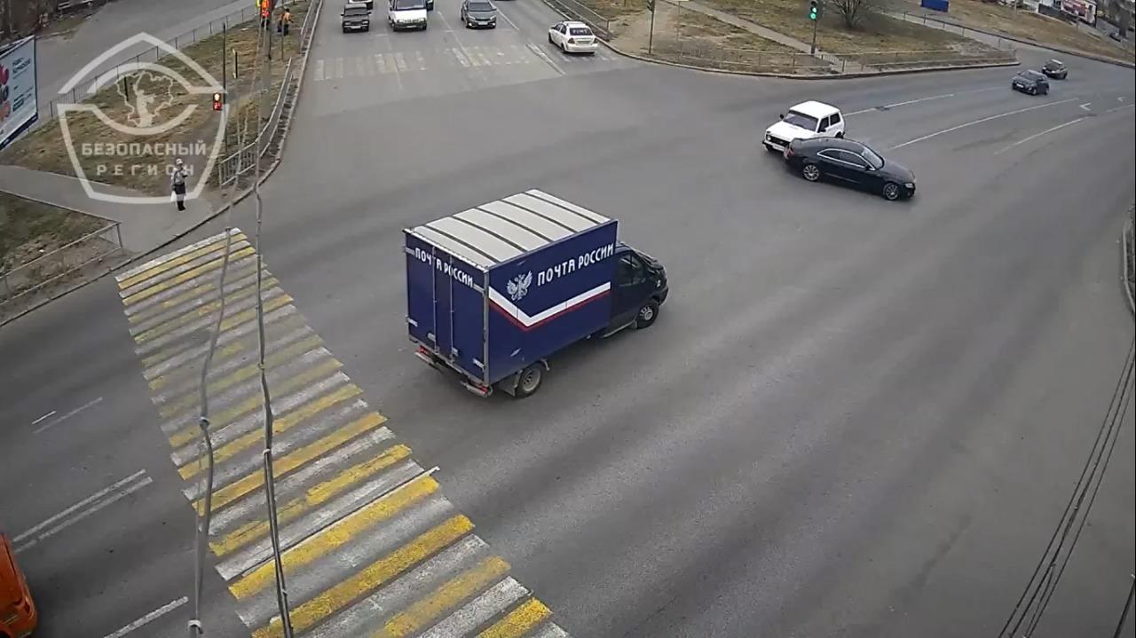 На видео попал водитель Audi, протаранивший «Ниву» и скрывшийся с места ДТП в Волгограде