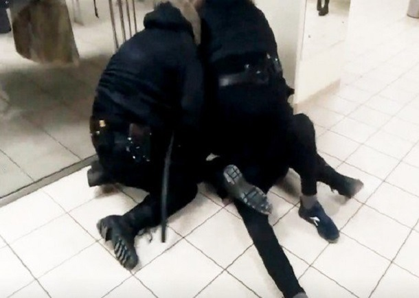Сотрудники ЧОПа избили волгоградца за грубое отношение к банкомату