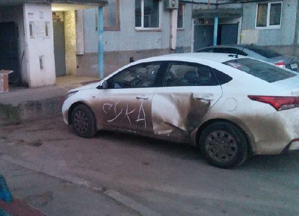Замученный волжскими автомобилистами дворник оставляет им матерные послания на машинах