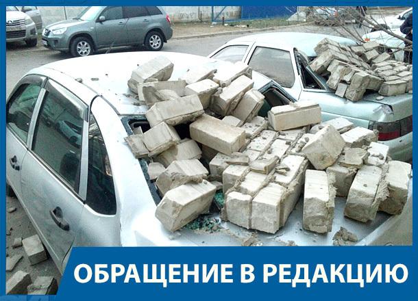 Стена рухнула на шесть автомобилей в Волгограде: водители в шоке, машины в хлам