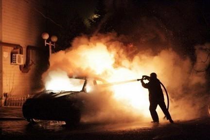 В центре Волгограда неизвестные подожгли две иномарки