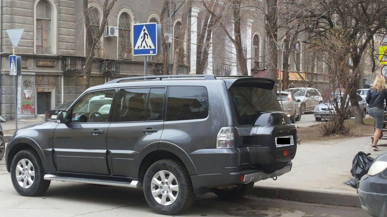 В Волгограде родители учащихся гимназии №3 возмущены припаркованным на переходе внедорожником