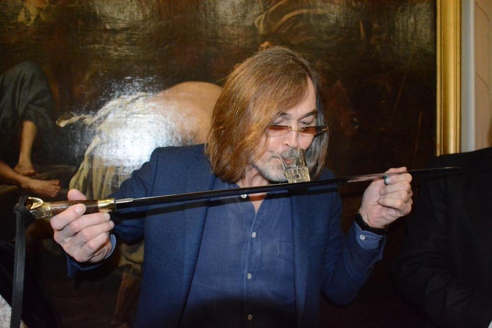 В Волгограде Никас Сафронов выпил рюмку водки с казачьей шашки