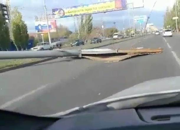 Рекламный щит рухнул на Вторую Продольную из-за шквалистого ветра на юге Волгограда