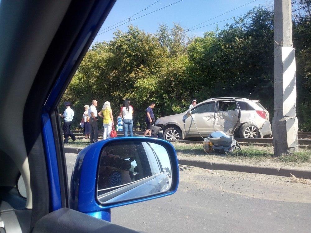 На юге Волгограда в ДТП две иномарки вылетели на трамвайные пути