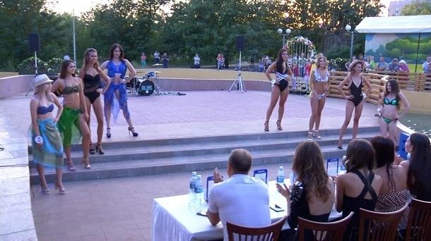 Красотки показали дефиле в купальниках в финале «Мисс Блокнот Волгоград-2018»
