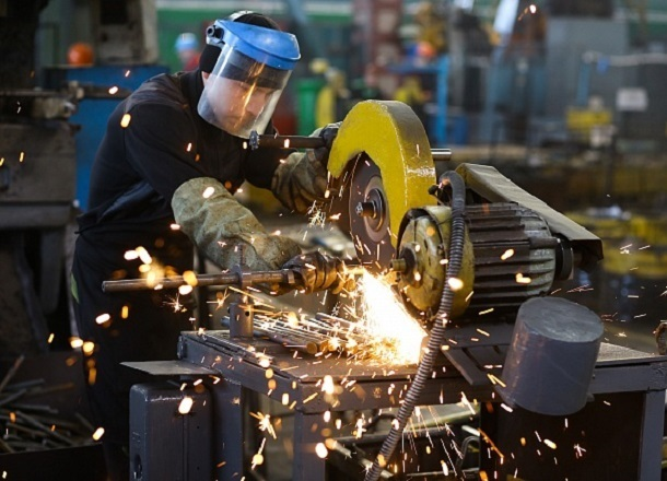 Работникам заводов в Волгограде повысили зарплату