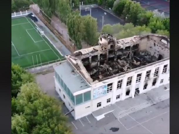 Квадрокоптер снял с высоты остатки сгоревшего стадиона в Волжском