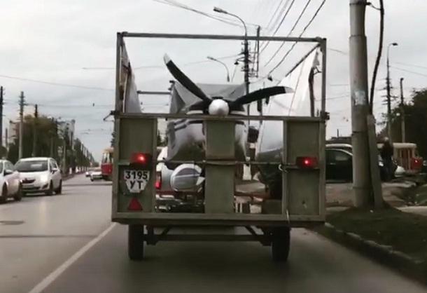 В Волгограде позавидовали олигарху, перевозящему самолет
