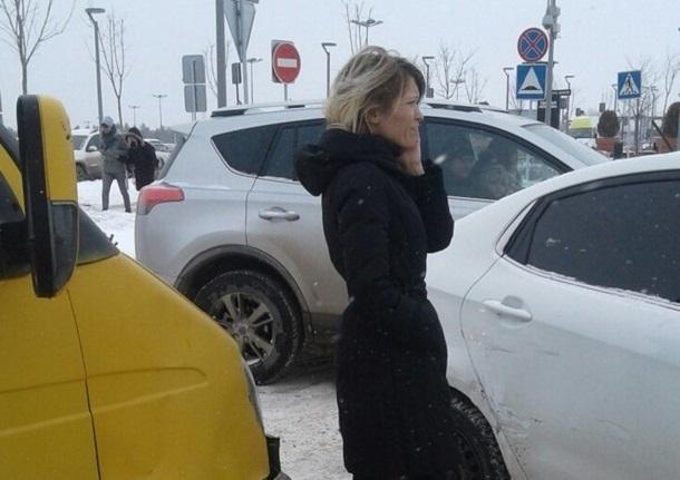 Блондинка-водитель протаранила маршрутку у ТРЦ «Акварель» в Волгограде