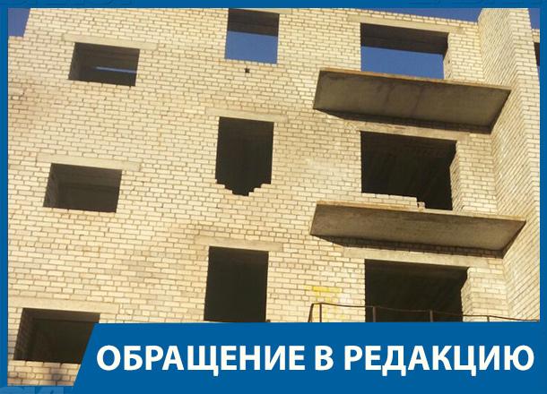 20 лет жители Волгоградской области рискуют жизнью из-за недостроя рядом с детским садом