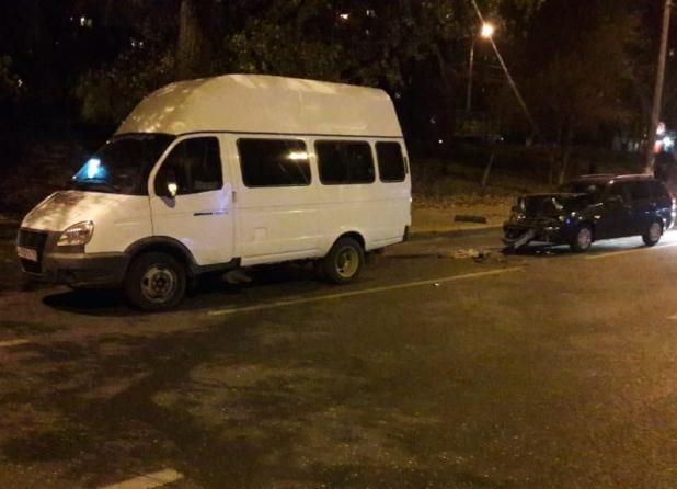 Lada Priora протаранила микроавтобус: две пассажирки маршрутки попали в больницу в Волгограде