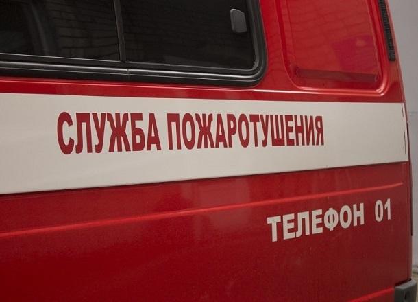 Средь бела дня Peugeot выгорел дотла в центре Волгограда