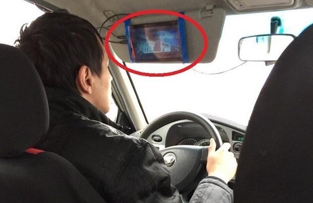 Волгоградцы слили в сеть таксиста, который смотрит кино во время езды