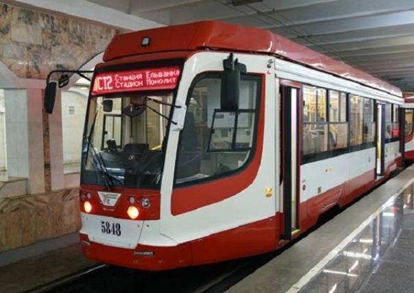 Автомобиль врезался в трамвай, полный людей: движение скоростного трамвая в Волгограде остановлено