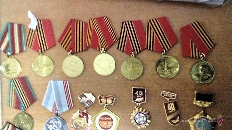 Коллекционер из Волжского задержан со складом орденов и медалей ВОВ