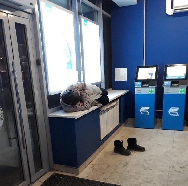 Волгоградцы обсуждают воспитанного бомжа, уснувшего в банке