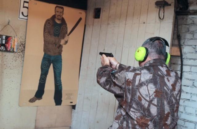 Охранник прострелил ногу вооруженному покупателю в магазине Михайловки