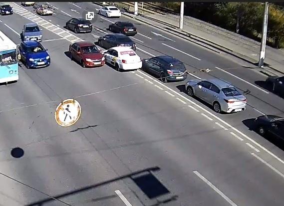 На видео попал дерзкий водитель «Яндекс.Такси», протаранивший на «встречке» иномарку