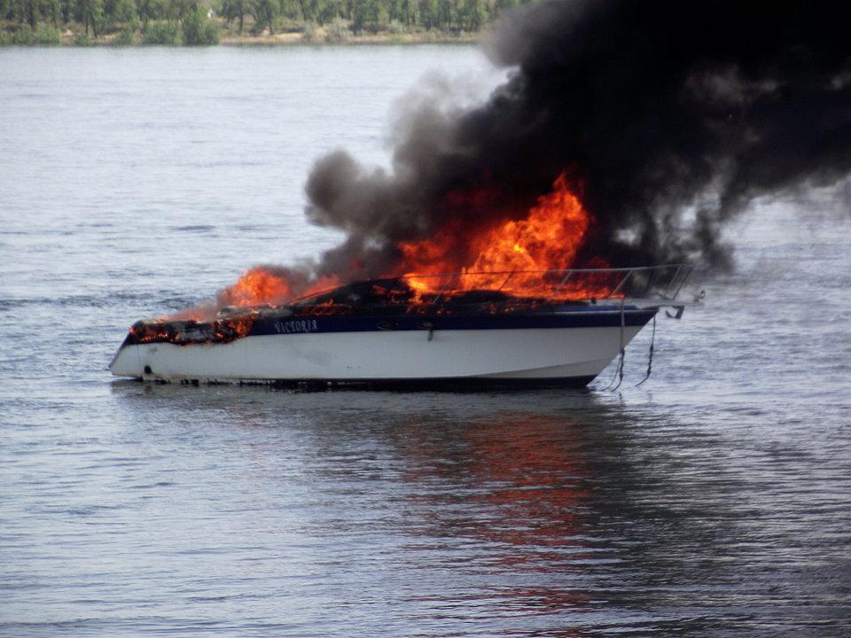 В Волгограде в яхт-клубе сгорели два катера