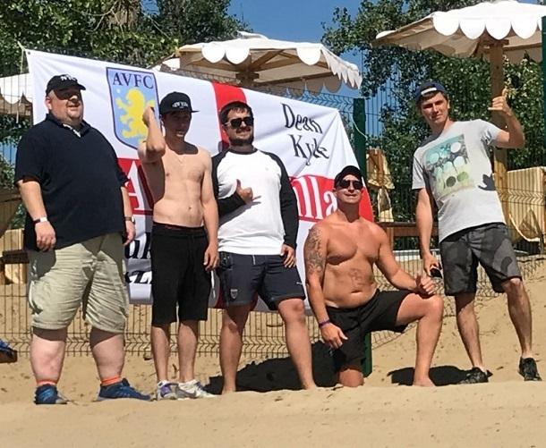 Английские болельщики развернули свой флаг на волгоградском пляже