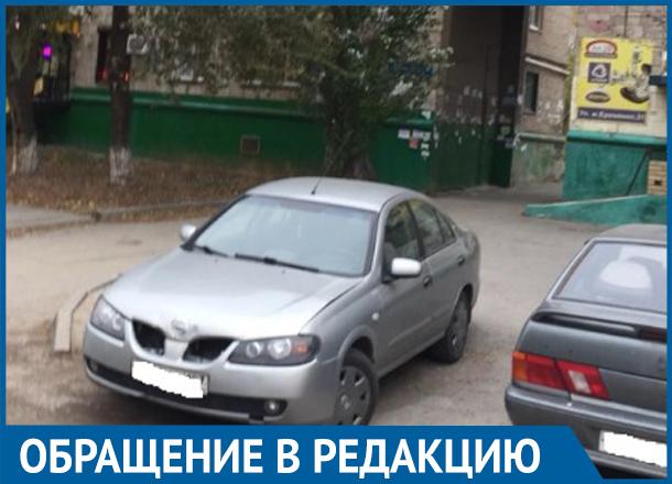 Из-за разрушенной АЗС на севере Волгограда жильцы многоэтажки рискуют попасть под колеса