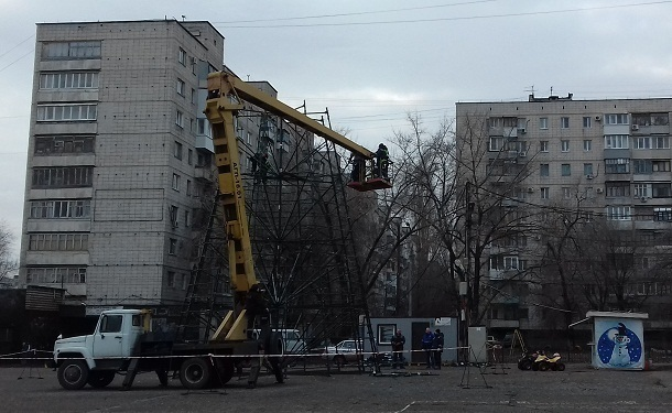 В районах Волгограда опаздывают с установкой праздничных елок