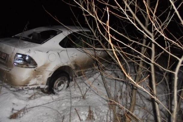 Volkswagen вылетел с трассы в Волгоградской области: погибла женщина, ребенок в больнице