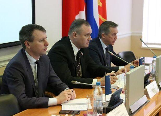 Обнять и разрыдаться: депутаты повысили зарплаты бюджетникам Волгограда на четыре процента