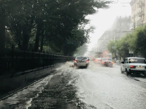 Штормовое предупреждение из-за сильного ливня объявлено в Волгограде