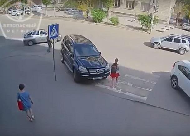 Припаркованный на «зебре» крутой Mercedes случайно попал в кадр в Волгограде