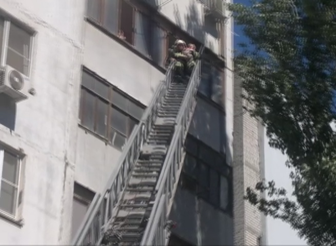 ВВолгограде изподъезда попожарной лестнице эвакуировали грудного ребенка