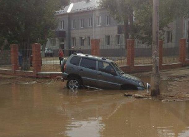 ВТракторозаводском районе Волгограда джип потонул напроезжей части