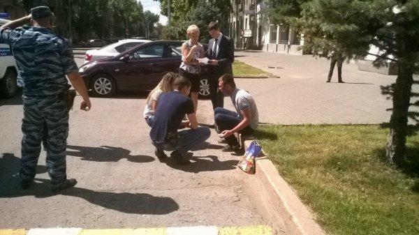 Около гордумы Волгограда мужчина наколенях добивался наказать майора милиции