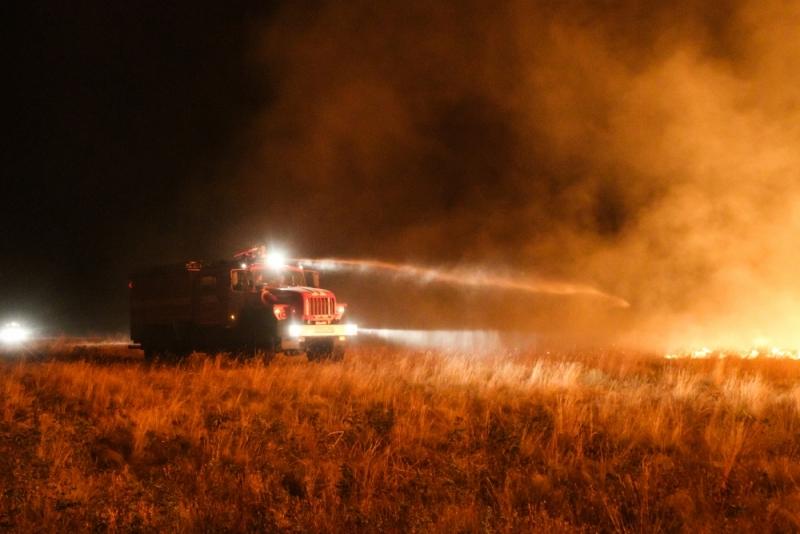 Под Волгоградом гасят крупный степной пожар